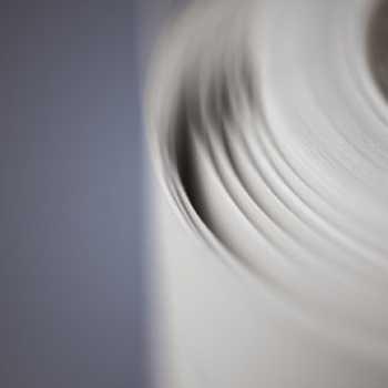 Papel Kraft (marrón, reciclado y blanco) disponible en 60-200 g/m².