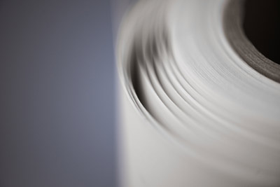 Papel kraft (marrón, reciclado y blanco) disponible en 60-200 g/m².