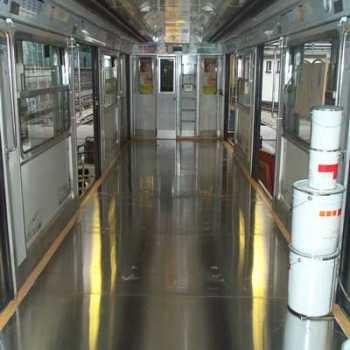 Vagón de tren con piso en paneles de aluminio hechos por Alfipa